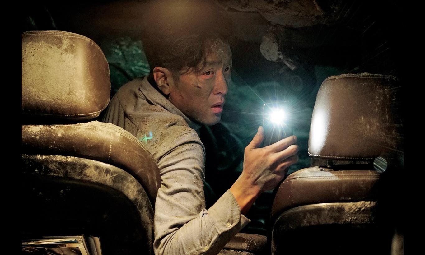 トンネル 闇に鎖された男